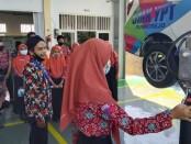 Saat mengikuti Wisata Edukasi, siswa juga diberi kesempatan untuk ikut praktek secara langsung - foto: Sujono/Koranjuri.com