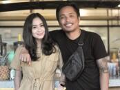 I Gede Nano Sudarsana (kanan) bersama istri Gita Urmila - foto: Yan Daulaka
