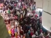 Kerumunan pembeli di Pasar Tanah Abang yang viral di medsos - foto: Screenshot
