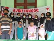 PMR Wira SMK Kesehatan Purworejo, berfoto bersama usai memberikan edukasi tentang kesehatan pada anak-anak di Kelurahan Sindurjan RT 003 RW 006, Purworejo, Minggu (02/05/2021), dengan kegiatan Guru Tonggo di Hari Pendidikan Nasional - foto: Sujono/Koranjuri.com