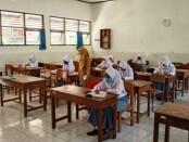 Kepala SMKN 3 Purworejo, Samsiyah, SPd, MPd, saat memantau uji coba Pembelajaran Tatap Muka, Senin (03/04/2021) - foto: Sujono/Koranjuri.com