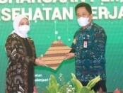 Penghargaan K3 kepada Gubernur Bali diterima oleh Kepala Dinas Tenaga Kerja dan ESDM Provinsi Bali Ida Bagus Ngurah Arda mewakili Gubernur Bali, di Ruang Birawa, Hotel Bidakara, Rabu (28/4/2021) - foto: Istimewa