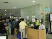 Petugas melakukan validasi dokumen untuk pelaku perjalanan non mudik di posko terpadu pengendalian transportasi udara - foto: Istimewa