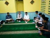 Kegiatan tadarus Al-Qur'an seusai sholat taraweh di SMK TKM Purworejo - foto: Sujono/Koranjuri.com