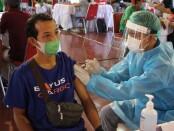 Vaksinasi Covid-19 yang digelar DPW Asosiasi Logistik dan Forwarder Indonesia (ALFI) Provinsi Bali di Gedung Wanita Nari Graha Denpasar, Selasa (11/5/2021) - foto: Istimewa
