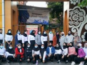 Lulusan SMK Batik Purworejo yang diterima bekerja di PT USG Semarang, berfoto bersama sebelum pemberangkatan, Senin (17/05/2021) - foto: Sujono/Koranjuri.com