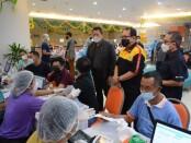 Wakil Gubernur Bali Tjokorda Oka Artha Ardhana Sukawati bersamaKepala Perwakilan wilayah Bank Indonesia (KPwBI) Provinsi Bali Trisno Nugroho meninjau pelaksanaan vaksinasi untuk kalangan Perbankan di Bali - foto: Istimewa
