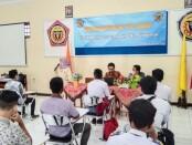 Sri Harnani, SPd, manajer TEFA (Teaching Factory) SMK PN-PN2 Purworejo, saat memberikan pengarahan pada rekrutmen PT MMP, Jum'at (21/05/2021) - foto: Sujono/Koranjuri.com