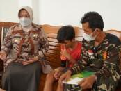 Wabup Purworejo Yuli Hastuti, saat mengunjungi salah satu keluarga korban, Selasa (25/05/2021) - foto: Sujono/Koranjuri.com
