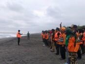 Tim SAR SOKSI Purworejo, bersama tim SAR lainnya saat melakukan pencarian korban laka laut Pantai Jatimalang, Purwodadi, Rabu (26/05/2021) - foto: Sujono/Koranjuri.com