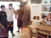 Kepala Dinas Pariwisata Provinsi, Putu Astawa saat melakukan pemantauan terhadap kegiatan para Digital Nomad di Dojo Bali Co-working, Canggu, Kuta Utara, Kamis (27/5/2021) - foto: Istimewa