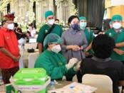 Ketua DPR RI Puan Maharani didampingi Gubernur Bali Wayan Koster meninjau vaksinasi masal di Denpasar, Kamis, 27 Mei 2021 - foto: Istimewa