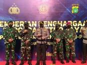 Polri memberikan penghargaan kepada TNI yang ikut terlibat dalam menekan angka covid-19 di wilayah Ibukota. Penghargaan diberikan kepada Komando Armada I, Komando Operasi Angkatan Udara 1, Korem 051/Wijayakarta dan Polda Metro Jaya - foto: Bob/Koranjuri.com