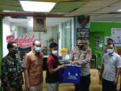 Dirbinmas Polda Metro Jaya Kombes Pol Badya Wijaya didampingi Kasubdit Bin Polmas Dit Binmas Polda Metro Jaya memberikan bantuan dari Kapolda Metro Jaya berupa 1.000 pieces masker dan cinderamata jam dinding - foto: Istimewa