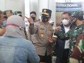 Kapolda Jawa Timur Irjen Pol Nico Afinta melakukan pemantauan pengecekan protokol kesehatan di Bandara Juanda, Surabaya - foto: Istimewa