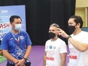 Brigjen Pol Drs. Gde Sugianyar Dwi Putra, S.H., M.Si (kiri) saat menyaksikan Turnamen Tenis Meja BNN 2021 - foto: Yan Daulaka