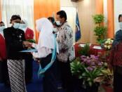Kepala SMPN 20 Purworejo, Suswanto, S.Pd M.MPd, saat memberikan penghargaan bagi siswa berprestasi dalam Purnawiyata bagi kelas IX tahun pelajaran 2020/2021, Senin (07/06/2021) - foto: Sujono/Koranjuri.com