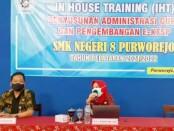 Dr. Nikmah Nurbaiti, S.Pd., M.Pd.B.I, Kepala Cabang Dinas Pendidikan Wilayah VIII, Provinsi Jawa Tengah, saat memberikan motivasi bagi guru peserta IHT di SMKN 8 Purworejo, didampingi Kepala Sekolah, Wahyono, S.Pd M.Pd, Selasa (08/06/2021) - foto: Sujono/Koranjuri.com