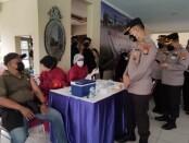 Irwasda Polda Metro Jaya Kombes Heru Sukoco bersama Kabiddokes Kombes Didiet Setioboedi mengunjungi vaksinasi masal di area pos KTJ RW 019, Perum Villa Inti Persada, Kelurahan Pamulang Timur, Tangerang Selatan Senin (14/06/2021) - foto: Istimewa