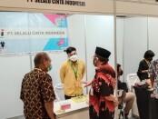 Asisten 3 Sekda Kabupaten Purworejo Pram Prasetyo Achmad, didampingi Kepala Dinperinaker Gathot Suprapto, saat mengunjungi stand peserta Job Fair Virtual Purworejo 2021, Selasa (15/06/2021) - foto: Sujono/Koranjuri.com