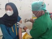 Polda Metro Jaya melalui Polsek Cikarang Pusat mengadakan program vaksinasi masal Covid-19 di Desa Jaya Mukti, Cikarang Pusat, Bekasi, Selasa (15/6/2021) - foto: Maha/Koranjuri.com