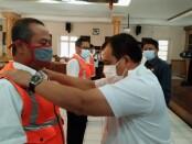 Pemakaian rompi kepada petugas survey jalan oleh Sekda Said Romadhon, menandai dilaunchingnya aplikasi Jalan Aman, Rabu (16/06/2021) - foto: Sujono/Koranjuri.com