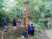Pemasangan alat pendeteksi dini banjir (EWS), di Sungai Dulang dan Sungai Jali oleh Pemdes Krandegan, hasil kerjasama dengan UNS Solo, Sabtu (18/06/2021) - foto: Sujono/Koranjuri.com