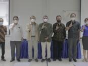 Ketua APTISI Pusat Dr. M. Budi Djatmiko (tengah) foto bersama pejabat struktural ITB STIKOM Bali usai memberikan presentasi tentang tantangan perguruan tinggi di era Society 5.0 - foto: Istimewa