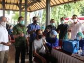 Pelaksanaan vaksinasi AXA Mandiri di Inna Heritage Hotel dihadiri oleh Sekda Provinsi Bali Dewa Made Indra, Kepala Perwakilan BI Provinsi Bali Trisno Nugroho, Kepala OJK Regional 8 Bali Nusra Giri Tribroto dan Plt. Sekda Kota Denpasar I Made Toya - foto: Istimewa