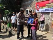 Kapolres Purworejo AKBP Rizal Marito saat membagikan paket sembako pada masyarakat terdampak Covid-19 di Kelurahan Mranti, Sabtu (17/07/2021) - foto: Sujono/Koranjuri.com