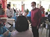 Kepala Dinas Kesehatan Bali dr. I Ketut Suarjaya saat mendampingi Gubernur Bali Wayan Koster melakukan pencanangan vaksinasi anak usia 12-17 tahun di SMA Negeri 4 Denpasar, Senin, 5 Juli 2021 - foto: Koranjuri.com
