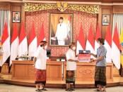 Gubernur Bali Wayan Koster menyerahkan Bantuan Produktif Usaha Mikro (BPUM) secara simbolis kepada perwakilan pelaku usaha kecil - foto: Istimewa