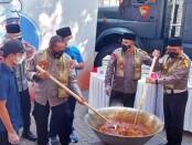 Kapolda Metro Jaya Irjen Pol Mohammad Fadil Imran bersama Kabidhumas PMJ Kombes Yusri dan jajaran memasak daging hewan kurban untuk didistribusikan ke masyarakat - foto: Istimewa