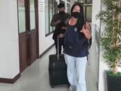 Proses deportasi terhadap Anzhelika Naumenok setelah dinyatakan negatif covid-19 - foto: Istimewa