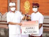 Gubernur Bali Wayan Koster menyerahkan hadiah pemenang lomba desain kemasan arak Bali - foto: Istimewa