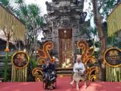 Penglingsir Puri Ageng Blahbatuh Anak Agung Ngurah Kakarsana (kiri) dan Principle Cashmere Hotel Group Lesley Carey - foto: Koranjuri.com
