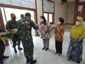 Keterangan gambar : Danrem 074/Surakarta secara simbolis menyerahkan kunci RTLH kepada warga masyarakat Kota Solo di aula Dharmawangasa komplek Kodim 0735/Surakarta/foto: koranjuri