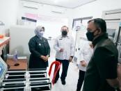 Bupati Purworejo Agus Bastian, didampingi Ketua PMI Yuli Hastuti, saat meninjau peralatan pengolahan darah Konvalesen, Senin (23/08/2021) - foto: Sujono/Koranjuri.com