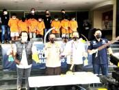 Polisi menunjukkan senjata tajam yang digunakan 9 pelaku dalam aksi tawuran di Jatiasih Bekasi yang menewaskan satu orang - foto: Istimewa