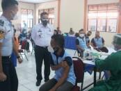 Karutan Purworejo, Muhammad Mukaffi, saat memantau jalannya vaksinasi, Kamis (12/08/2021) - foto: Sujono/Koranjuri.com