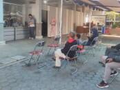 Pasca mengalami kebakaran dua hari lalu, pelayanan nasabah Bank Jateng Purworejo kembali normal, meski terpaksa dilakukan di luar gedung, Sabtu (07/08/2021) - foto: Sujono/Koranjuri.com