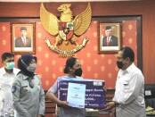 Wakil Gubernur Bali Tjokorda Oka Artha Ardhana Sukawati menyerahkan secara simbolis santunan untuk keluarga korban tenggelamnya KMP Yunicee di Selat Bali - foto: Istimewa