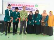 Kepala SMK Kesehatan Purworejo, Nuryadin, SSos, MPd, saat menerima empat mahasiswa STAINU Purworejo, Kamis (15/08/2021) - foto: Sujono/Koranjuri.com