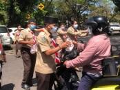 Kwarda Bali membagikan ratusan nasi bungkus kepada masyarakat Denpasar, yang dilaksanakan di depan kantor Kwarda Bali, Renon Denpasar, Sabtu (14/8/2021) - foto: Istimewa