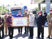 Gubernur Bali Wayan Koster menerima secara simbolis bantuan 500 tabung oksigen dan 50 ton beras dari Kantor Perwakilan wilayah Bank Indonesia (KPwBI) Provinsi Bali dan Badan Musyawarah Perbankan Daerah (BMPD) Provinsi Bali - foto: Istimewa