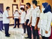 Kepala UPT BLK (Balai Latihan Kerja) Dinperinaker Kabupaten Purworejo, Sudarman, S.Sos, saat menyerahkan sertifikat kepada peserta terbaik, Rabu (25/08/2021), dalam acara penutupan Pelatihan MTU (Mobile Training Unit) Angkatan ke 6 - foto: Sujono/Koranjuri.com