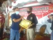 Ketua PWI Bali IGMB Dwikora Putra (kanan) menerima piagam dalam acara Webinar Nasional dengan mengangkat tema 'Peran Pers Menggelorakan Empat Pilar Kebangsaan di Masa Pandemi Covid-19', di Denpasar, Jumat, 27 Agustus 2021 - foto: Istimewa