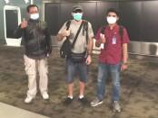 Petugas Imigrasi mengawal proses deportasi warga Amerika Serikat yang akan meninggalkan Indonesia karena pelanggaran administrasi - foto: Istimewa