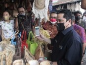 Berada di Ubud, Menteri BUMN Erick Thohir mencoba penggunaan pembayaran non tunai QRIS - foto: Istimewa