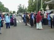 Ribuan warga Purworejo antri vaksin di Pendopo Kabupaten Purworejo, Rabu (29/09/2021) - foto: Sujono/Koranjuri.com